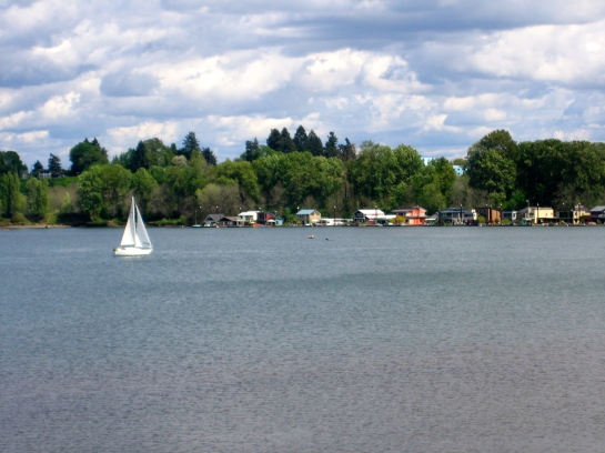 houseboats & sailboat on the Willamette