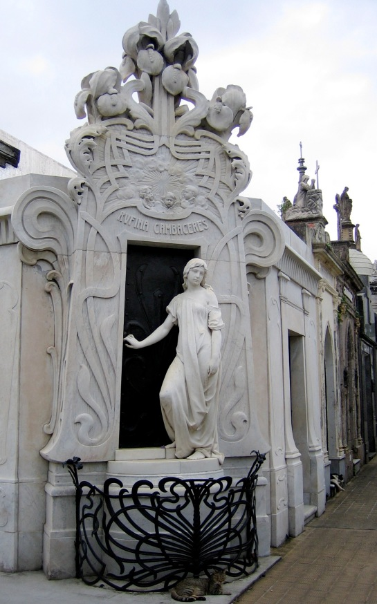Recoleta's City of the Dead - how many cats can you find?